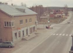 """Storgatan med """"Konsumbaren"""" och Hotell Sparta."""