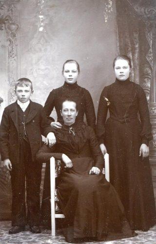 Svea Ester och Leonard Öhlund fostermor Emma Danielsson