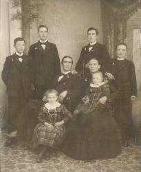 Skomakare Anton Söderberg med familj c:a 1902. Brände en känd tjärdal vid Kanis.