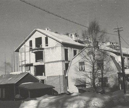 Konrads hyresfastighet under uppbyggnad 1955