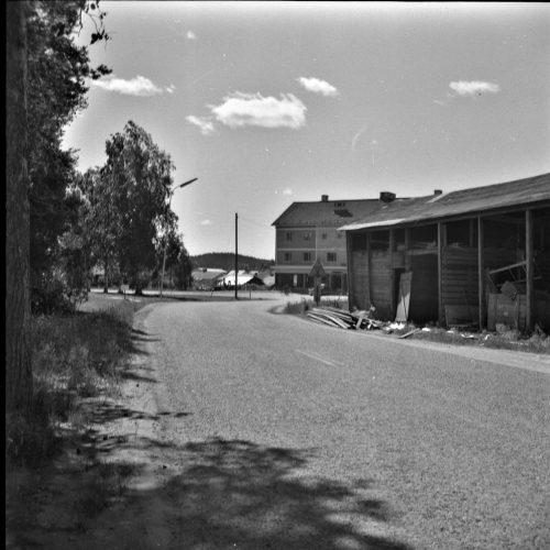 Rivning av uthuset vid Thor Selbergs affär1956
