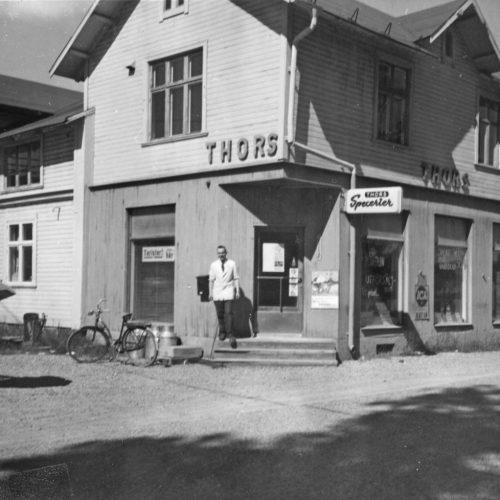 Thor Selberg på trappan till sin affär