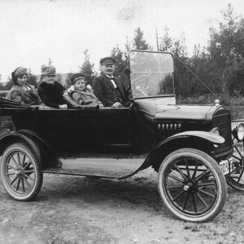 Handlanden Oscar Eriksson fotograferad i sin nya bil 1920 en Ford BD 495.
