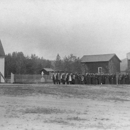 Begravnings följe vid Älvsbyns kyrka