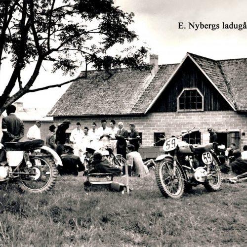 Depå bild mot Edvard Nybergs Ladugård