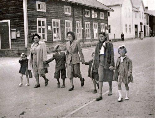 På väg till barnensdag i Älvsbyn, början av 1950 talet