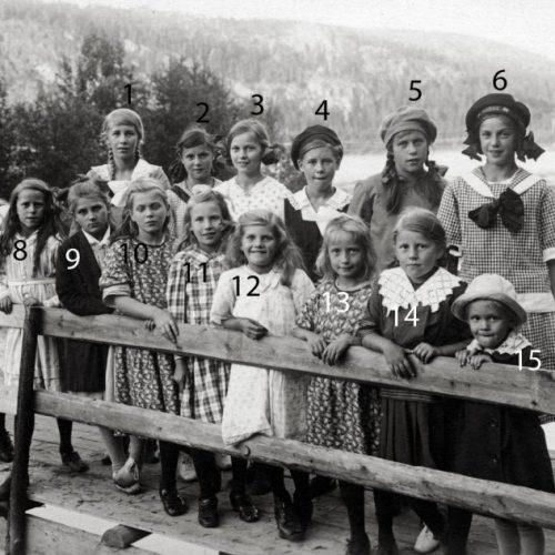Flickor på bron till Selholmen