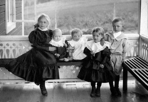 På Gästgiveriets bro sommaren 1907 barn till: