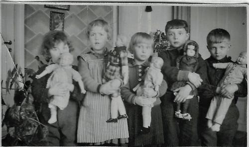 Barn med dockor
