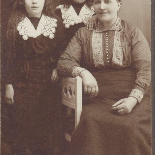 Övre Tväråsel år 1913 Från vänster: Agda, Olga och Maria Eriksson