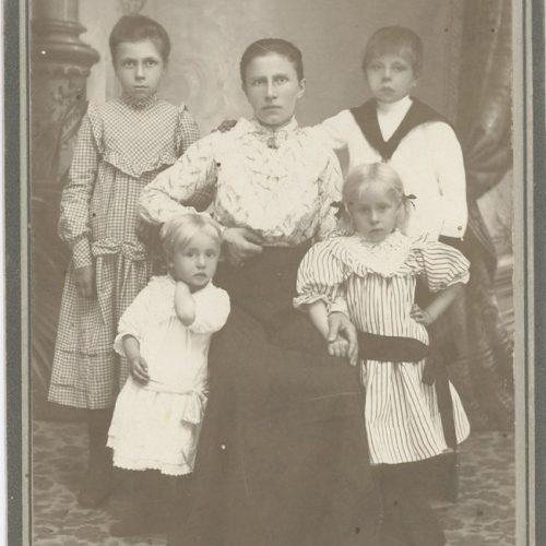 Hilda Maria Karlsson med sina med sina fyra barn.