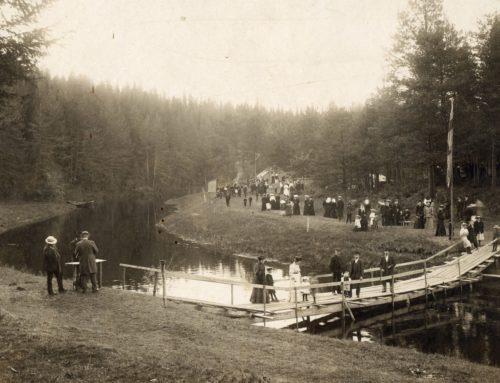 """Bilden heter: """"Folkfäst å Selholmen"""" tagen av Fia Engelmark omkring år 1907."""